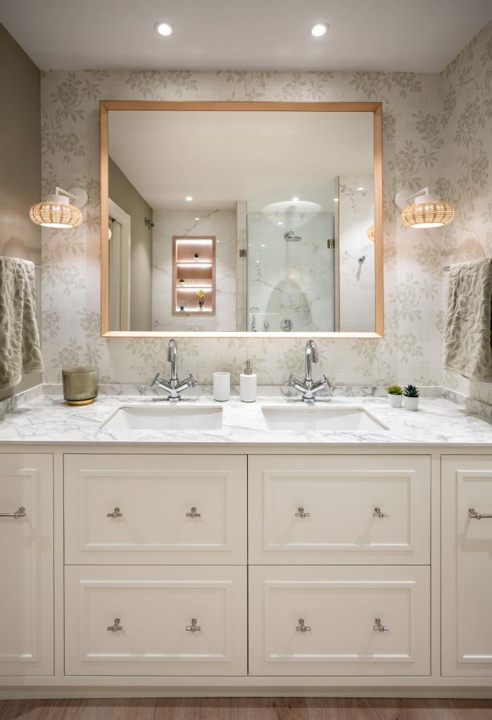 Diseño de cuarto de baño principal en blanco
