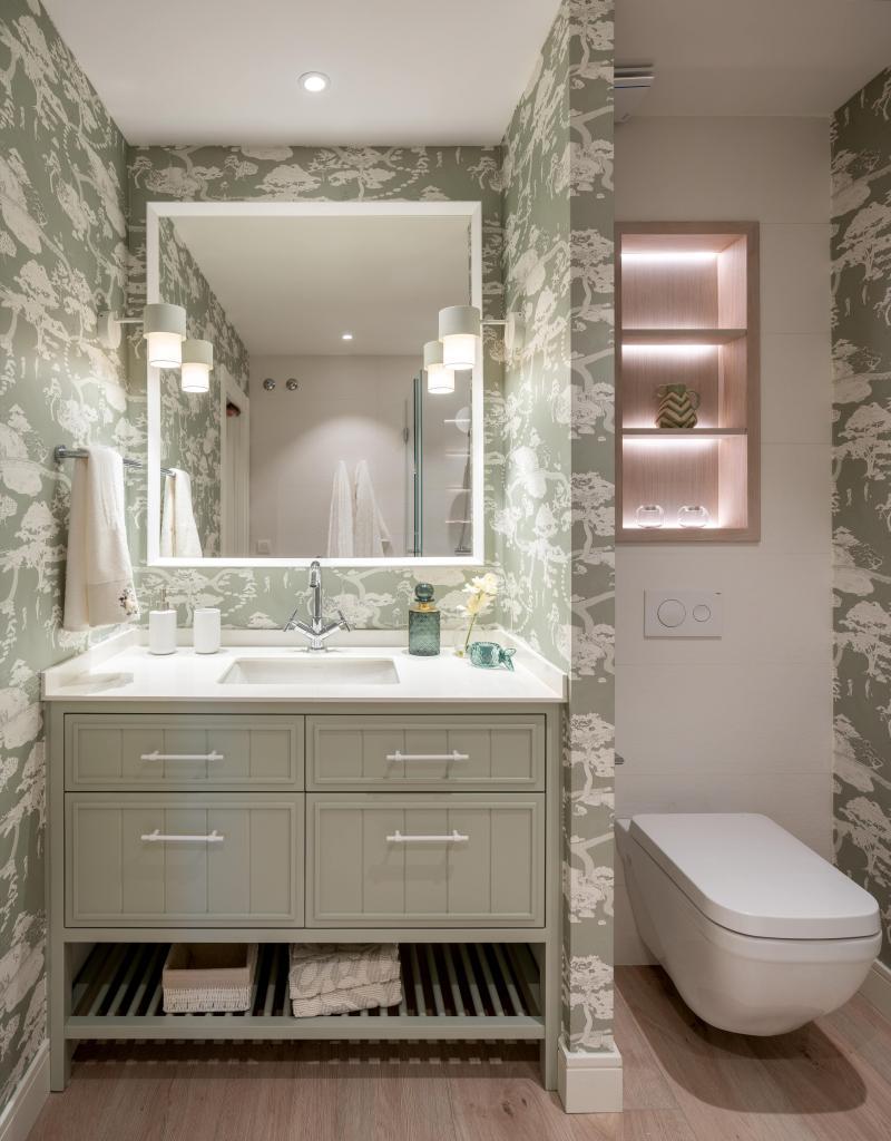 Decoración de cuarto de baño con papel pintado verde