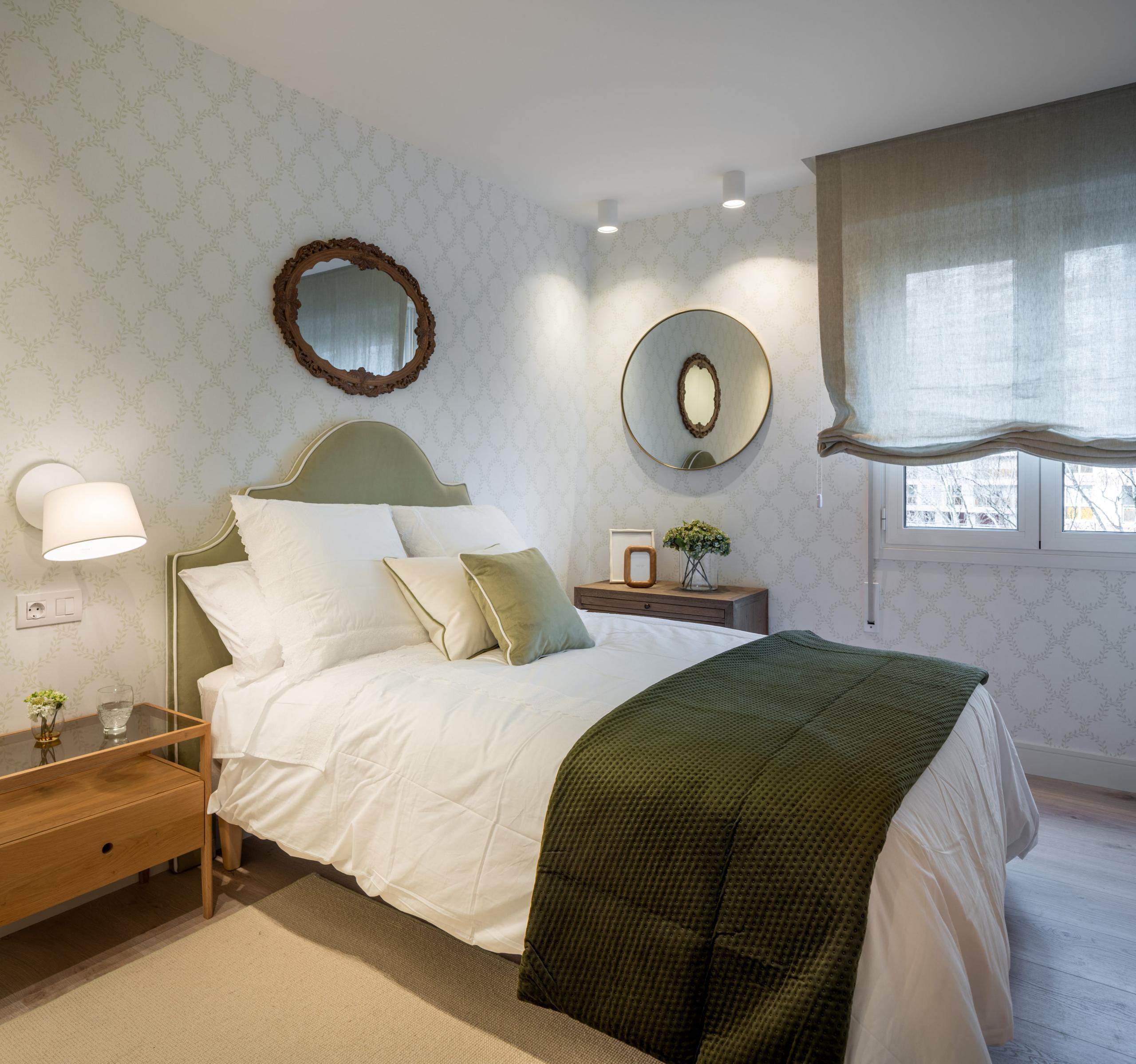 Diseño de dormitorio con cabecero verde